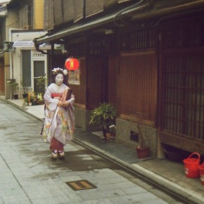 Vic's Snap of a Maiko rushing to work